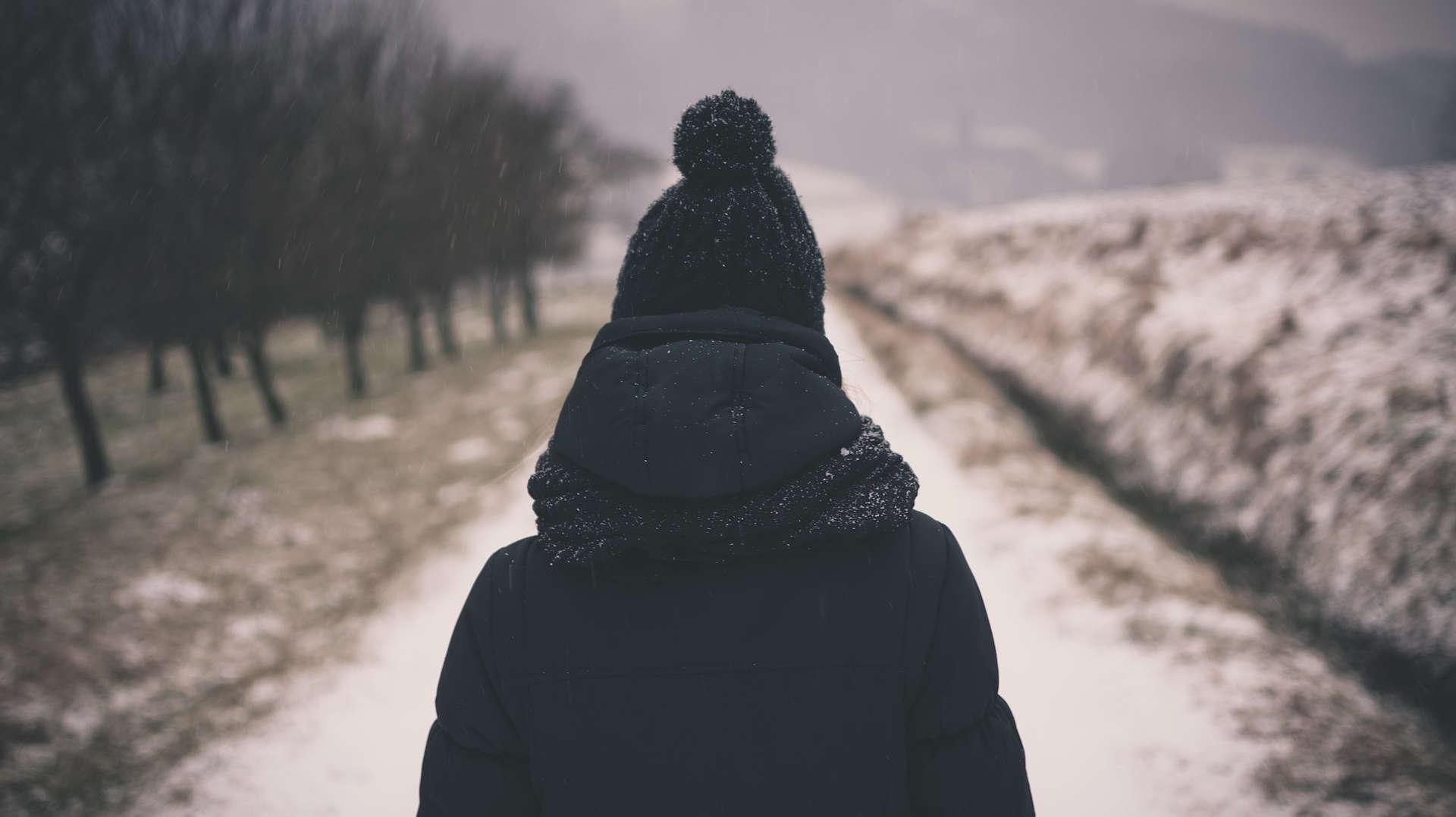 photo femme en manteau sous la neige